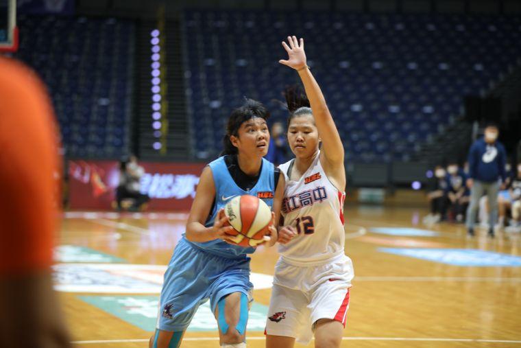 輔仁陳丁綺(左)14分、13籃板摃上滬江黃雅君。大會提供