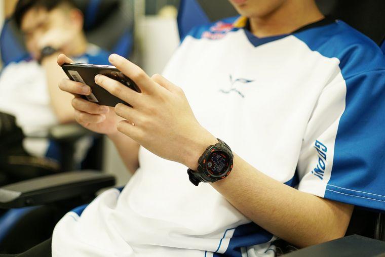 透過Garmin 「Instinct Esports 電競潮流版」全天候科學化健康數據監測,有效輔助訓練,幫助選手在電競世界中技壓群雄。官方提供
