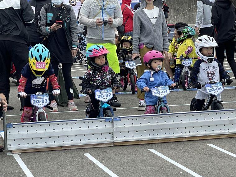 還有吸著奶嘴參賽的小萌童前來參賽,搖頭晃腦的模樣相當可愛。官方提供