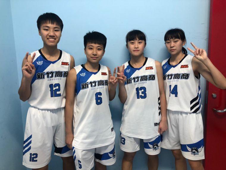 鄭芯昀(右2)與「鐵三角」蔣宛儒(左)、姜怡均(左2)、張子萱   (右)場內外都默契十足。大會提供