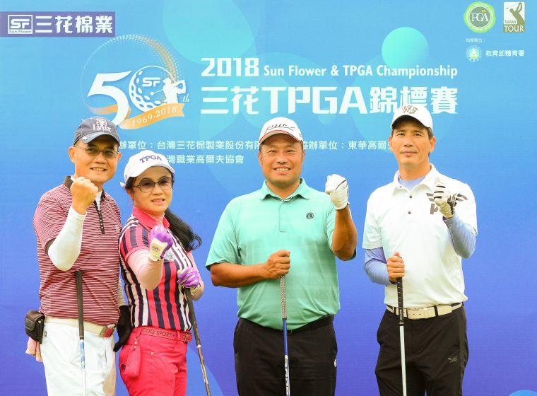 配對賽冠軍由職業選手陳元車(右2)與三位社會業餘人士獲得。