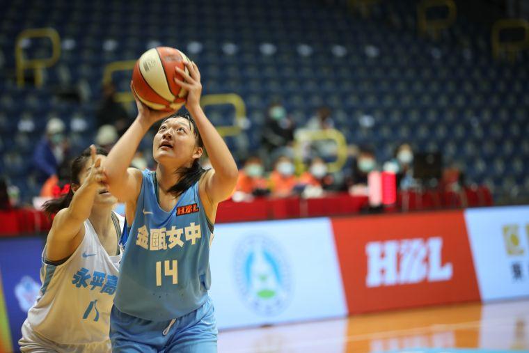 金甌 張婕柔攻下20分、24籃板,含7個進攻籃板,寫下個人雙新高。大會提供