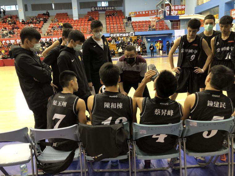 金華一路挨轟,教練吳正杰不斷激勵子弟兵奮起回轟。大會提供