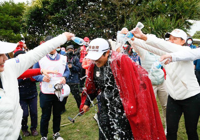 錢珮芸確定拿下冠軍後,接受選手澆水慶賀。TLPGA/葉勇宏攝