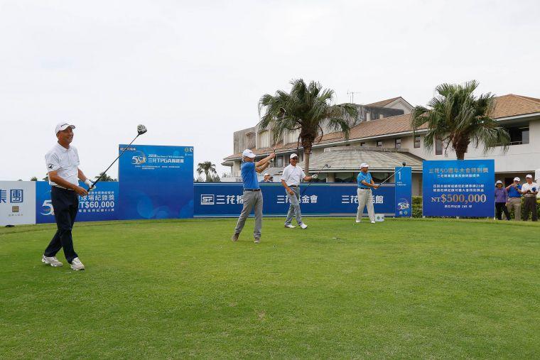 開球儀式(左起)TPGA前理事長陳志忠、三花棉業董事長施純鎰、TPGA理事長謝錦昇、東華高爾夫俱樂部總經理張歐誠。