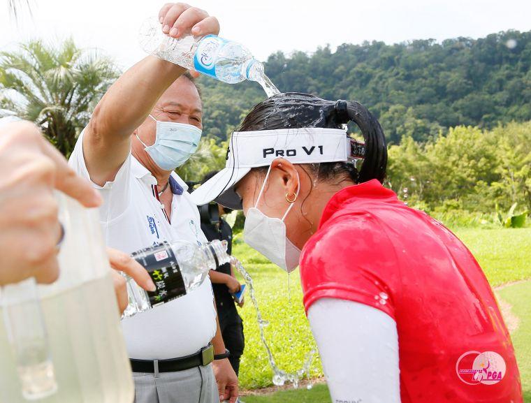 關西鎮鎮長劉德樑(左)潑水慶賀陳敏柔贏得冠軍。TLPGA提供/葉勇宏攝影