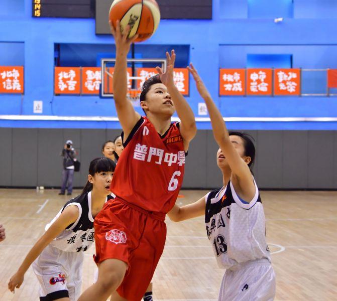 防守普門陳妤瑩(左)的復興石晏禎(右)5記三分球飆生涯新高28  分。大會提供