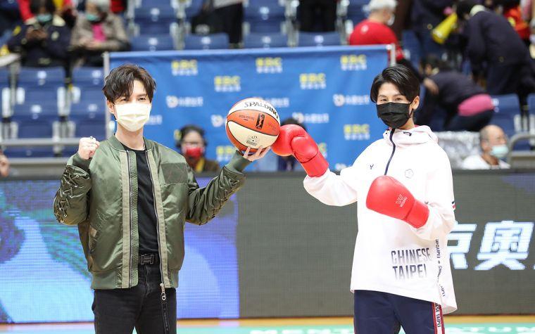 陳勢安(左)、林郁婷(右)開球。名衍行銷提供