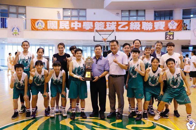 陽明喜慶改制25年來在JHBL國中、HBL高中籃賽的第一冠 。大會提供