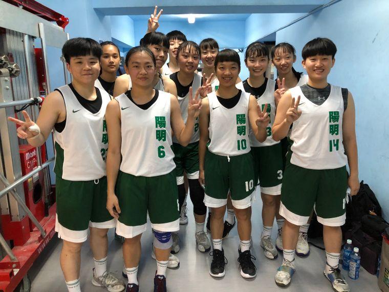 陽明晉八強、與功課一級棒的「素人」隊友楊又樺(右二)默契無礙。大會提供