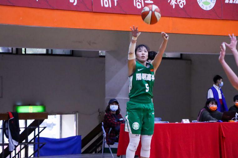 陽明高三「一姊」李若瑋三分球5投中2拿18分、4籃板。大會提供