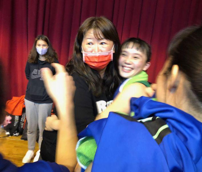 陽明13度晉八,李台英(左)教練送小壽星洪姵璇(右)最棒生日禮。大會提供