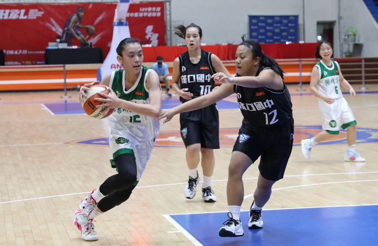 陽明175公分國二替補中鋒吳馨慧15分、12籃板「雙十」代表作。大會提供
