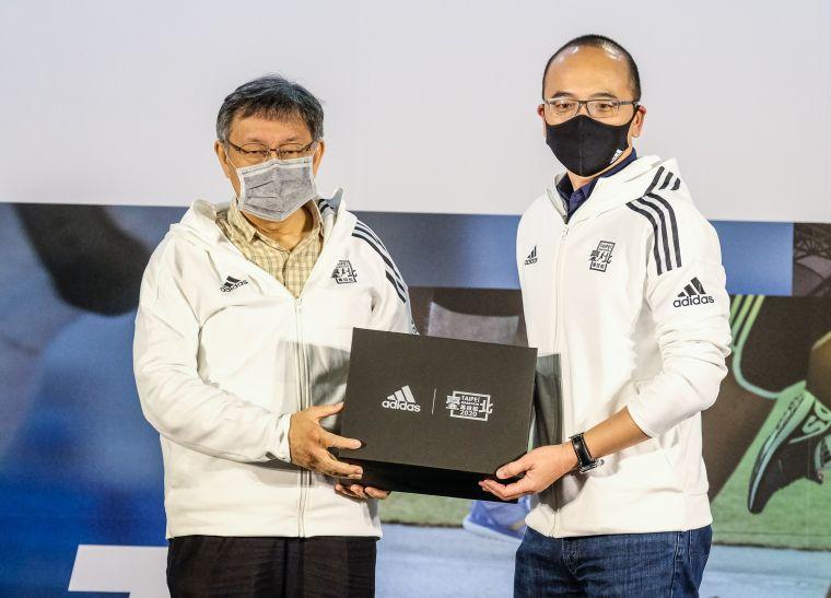 頂級贊助夥伴台灣阿迪達斯總經理吳子倫致贈臺北馬拉松限定鞋給柯文哲市長。大會提供