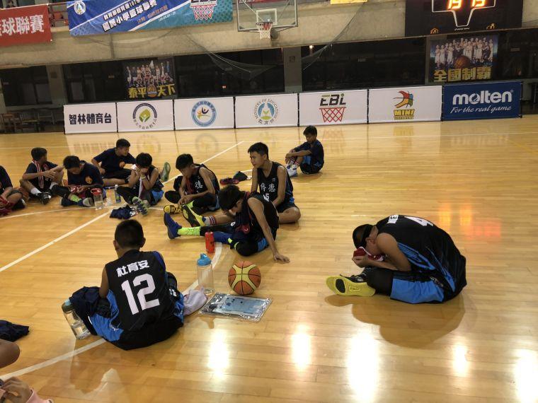 領先9分末節 被逆轉,僑德「一哥」陳廷瑜(右)與隊友坐地爆哭 。大會提供