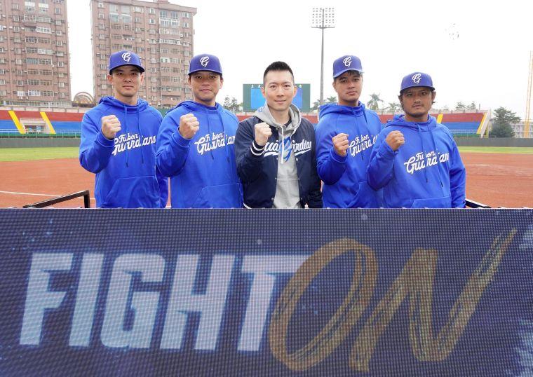領隊蔡承儒(中)歡迎今年新入團的球員們,(左起)林逸翔、林柏佑、楊瑞承、葉竹軒。官方提供