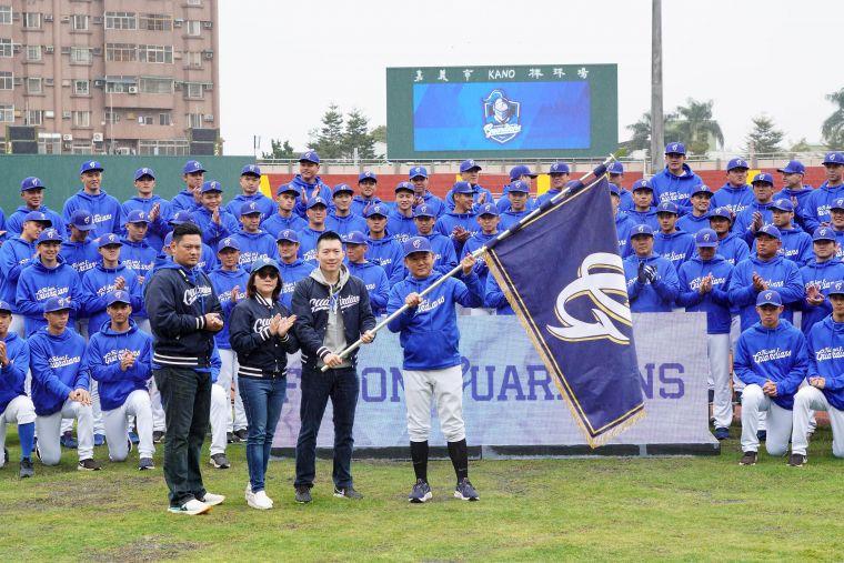 領隊蔡承儒(右二)、副領隊沈鈺傑(左一)、行政副領隊陳昭如(左二)一起將悍將隊旗交給總教練洪一中(右一)。官方提供
