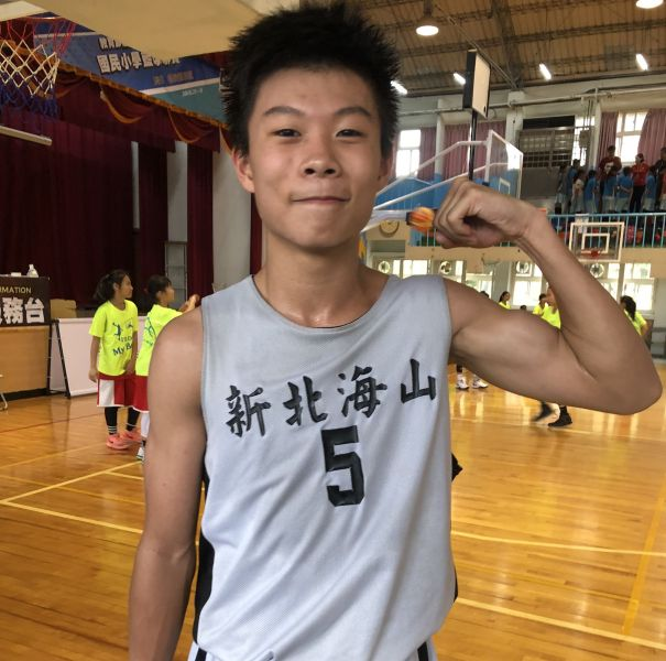 飆進22分的海山「一哥」蔡昇峰再秀進球後握拳捶胸自我激勵的動作 。大會提供