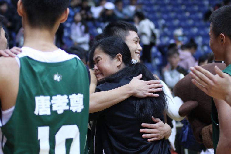 高苑「田媽」教練田本玉眼眶泛紅與球員相擁慶晉級。