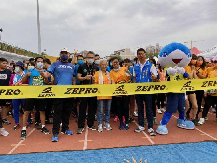 高齡93歲跑友劉心鈺女士完成6公里挑戰。台中市運動局提供