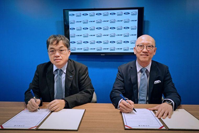 麗寶渡假區副董事長陳志鴻(右)與福特六和汽車營銷服務處副總經理蘇嘉明簽署賽事合作備忘錄。官方提供