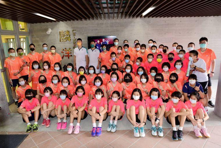 麟洋配李洋_王齊麟回到母校,捐贈205打羽球給學弟妹使用。北極熊羽球提供