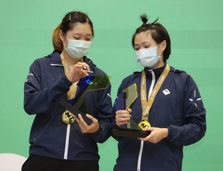 黃歆(右)簡彤娟沒想到可以拿金牌。李天助攝