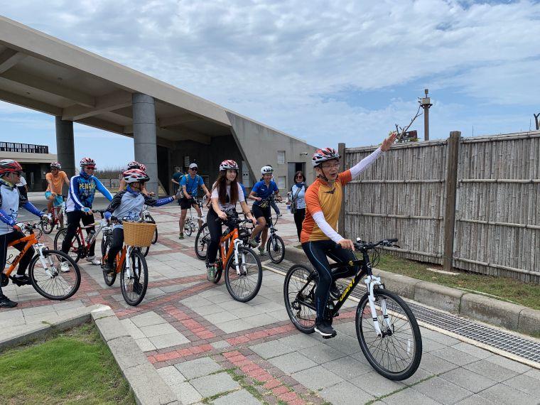澎湖國家風景區管理處處長許宗民(前一)進行跳島西遊記活動為台灣自行車日活動造勢。官方提供