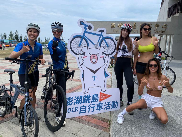 澎湖自行車跳島嘉年華邀請鐵人美女雙主播夏嘉璐(左二)侯以理(左一)及土耳其裔自行車女神舒舒(右三)領軍比基尼辣妹試點踩踏共同為台灣自行車日活動造勢。官方提供