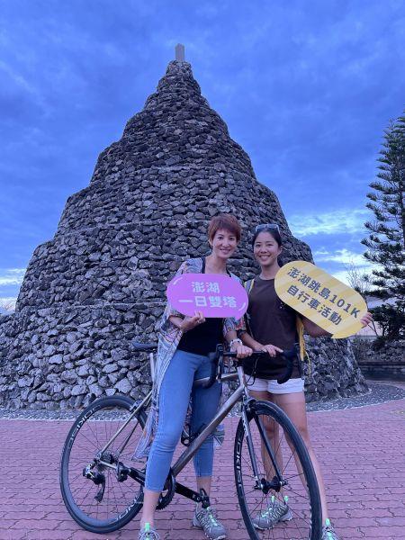 鐵人美女主播夏嘉璐(左)、侯以理(右)解鎖澎湖跳島101K一日雙塔於鎖港北塔前合影。官方提供