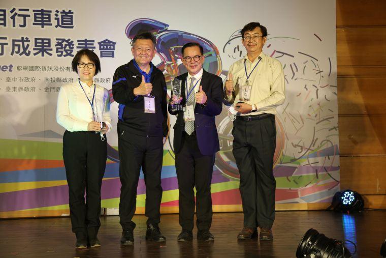 體育署林哲宏副署長頒發最讚亮點自行車道特選佳作獎。體育署提供