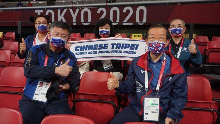 駐日代表謝長廷及體育署林哲宏副署長在場邊為選手加油打氣。體育署提供