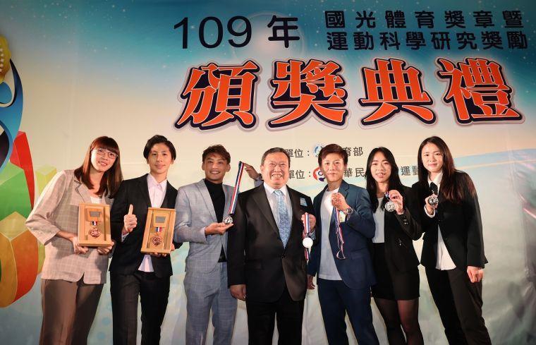 國光體育獎章頒獎典禮中華奧會林鴻道主席與黃金計畫選手合照。大會提供