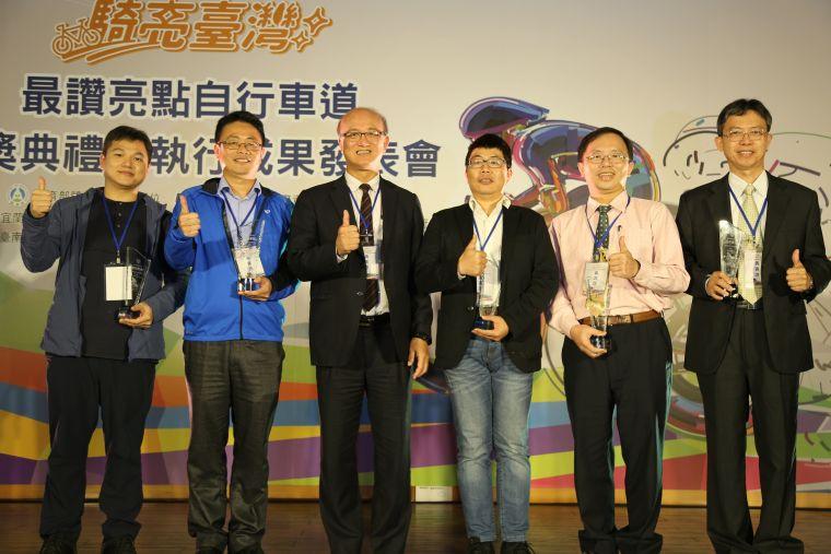 教育部林騰蛟次長頒發最讚亮點自行車道最佳亮點車道獎。體育署提供