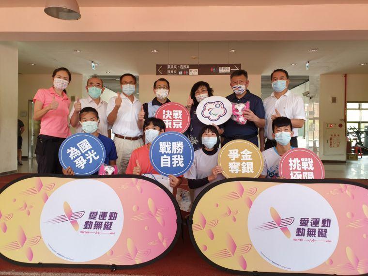 張少熙署長為田徑與柔道代表隊加油,並與選手一同鼓勵國人營造「愛運動動無礙」的社會氛圍。體育署提供