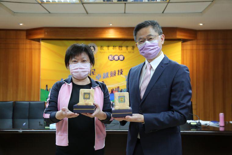 挺台灣英雄,體育署劉姿君組長與台灣運彩林博泰總經理展示紀念金幣。體育署提供