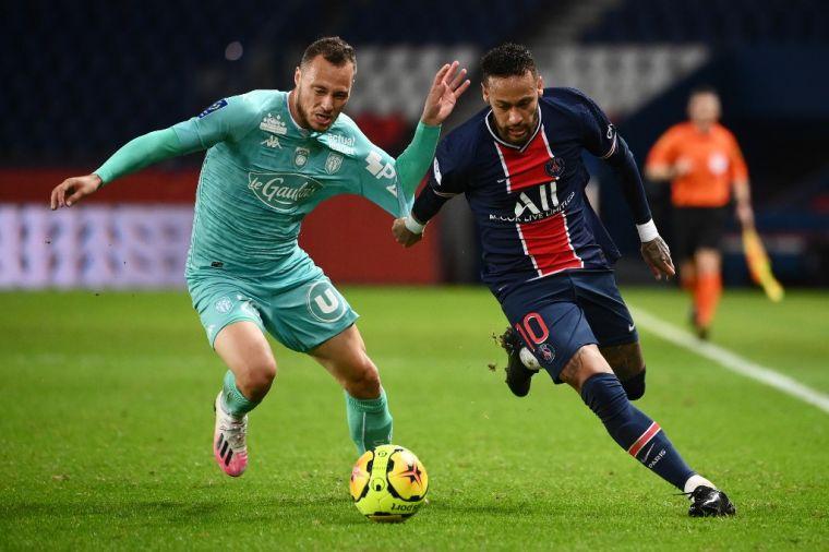 內馬爾(右)兩進球1助攻,巴黎聖日耳曼4連勝。(法新社)
