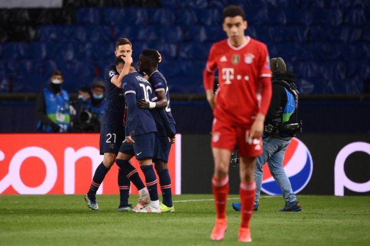 巴黎憑客場進球優勢進四強,球員相擁慶祝,拜仁球員則是一瞼落寞。(法新社)