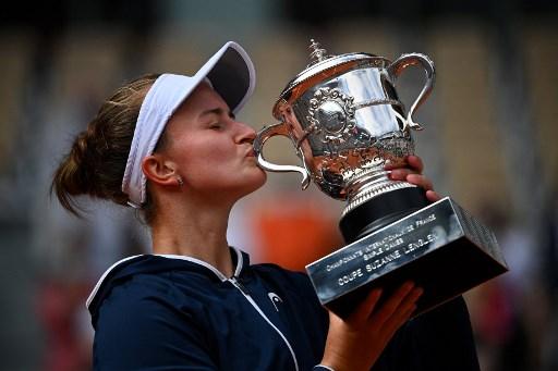 卡蕾茨科娃首度奪下大滿貫單打冠軍。法新社