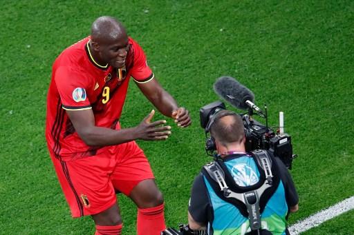盧卡庫進球後對著攝影機向國米隊友加油打氣。法新社