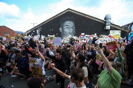 威辛頓球迷在拉斯福德的壁畫前抗議種族歧視。法新社