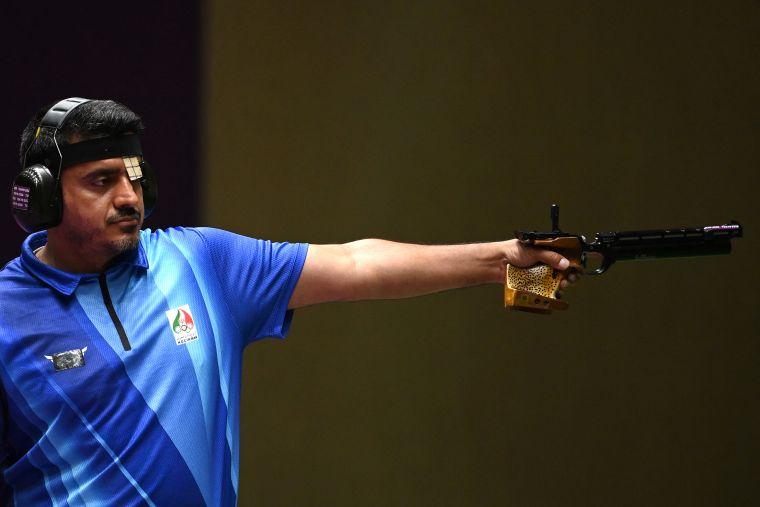 射擊男子10公尺空氣手槍決賽中奪金的41歲的伊朗選手福洛吉是位護士。法新社