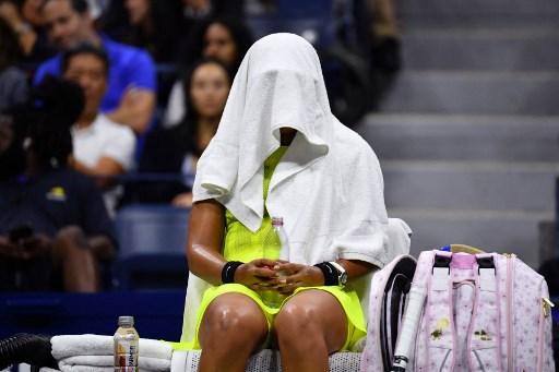 大坂直美在比賽時用毛巾把自己全部蓋住。法新社