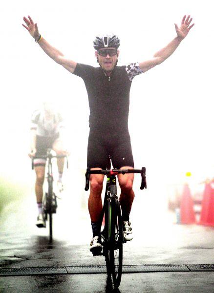 英國登山王艾文斯在雲嵐中,勇奪2018陽明山自行車登山王挑戰冠軍。中華民國自行車騎士協會/提供。