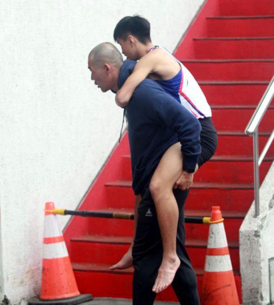 去年世中田選拔賽時,教練陳鴻傑把受傷的劉家成背到場邊。林嘉欣/攝影。