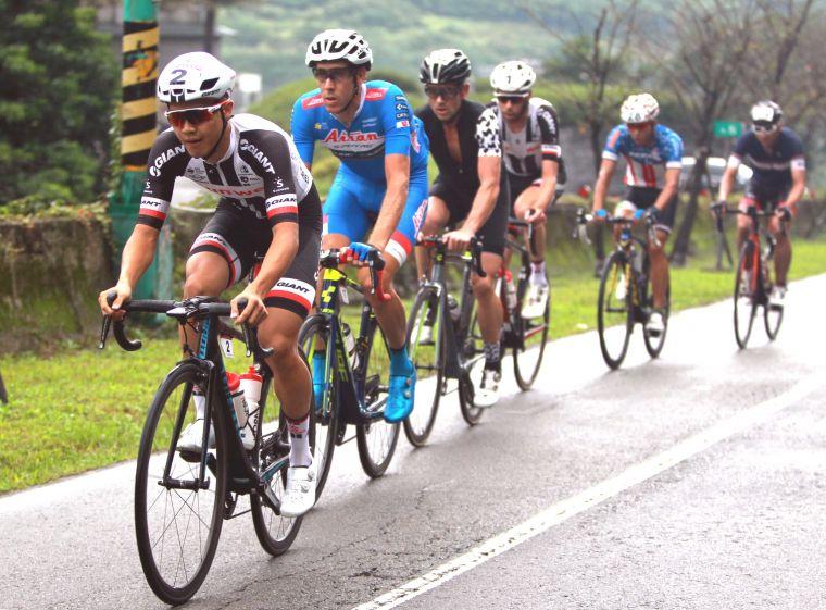 杜志濠(前)獲2018陽明山自行車登山王挑戰國內第一。中華民國自行車騎士協會/提供。
