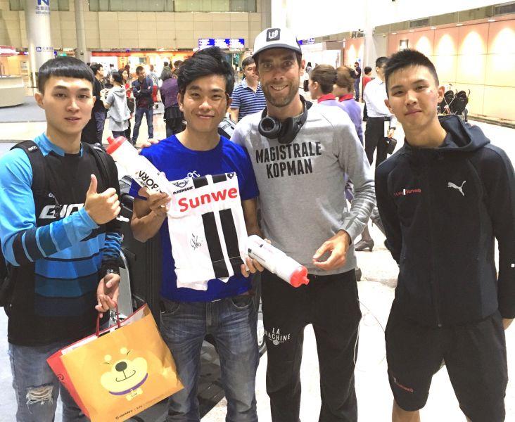 Team Sunweb名將勞倫斯天登(右二)昨天抵台,培訓隊隊友杜志濠(右)前往接機。捷安特/提供。