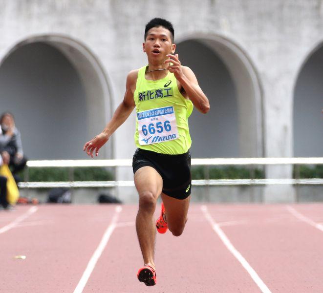 新化高工「勁量小子」魏浩倫在高男100公尺預賽,以10秒68達標亞洲青少年田徑賽。資料照片 林嘉欣/攝影。