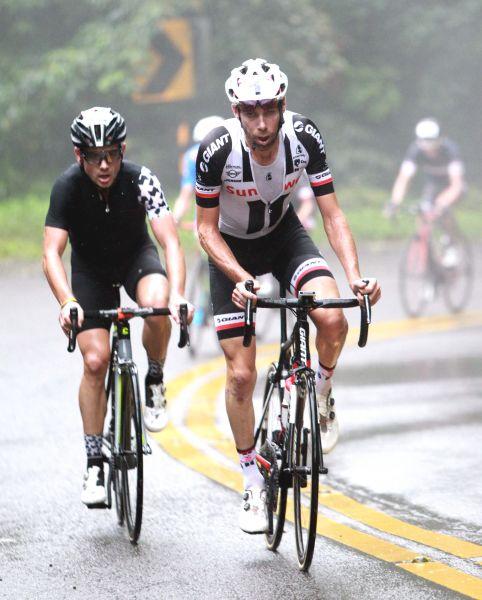 艾文斯(左)和勞倫斯天登(右)獲2018陽明山自行車登山王挑戰前兩名。中華民國自行車騎士協會/提供。