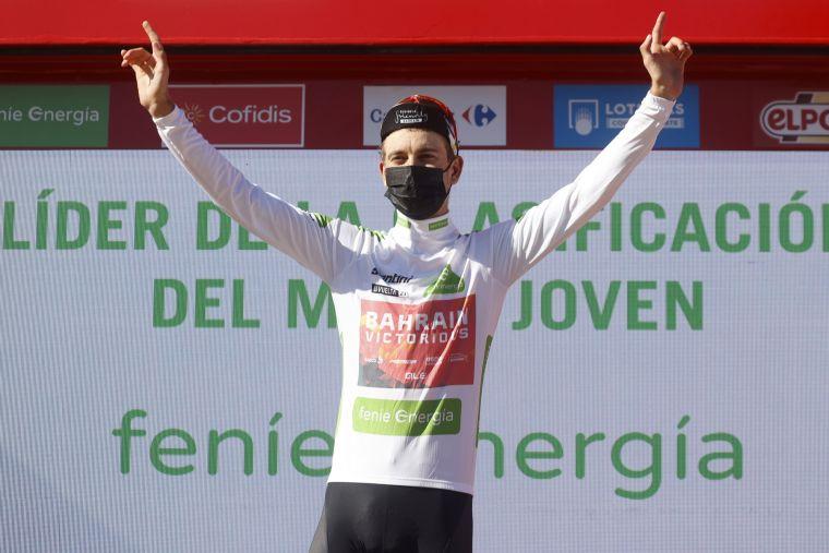 梅德(Gino Mäder)賽後披上象徵新人王的白色領騎衫。Bettiniphoto提供